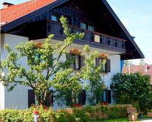 Nordansicht-Sie sehen aus Hinterglasmaler und Fischbrunnen auf die bayerische Dorfmitte