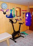 Sandsack und diverse andere Fitnessgeräte