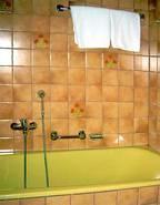 Bad mit Wanne und Duschkabine
